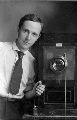 20080402221157-edward-weston-self-portrait-with-box-camera-187-313